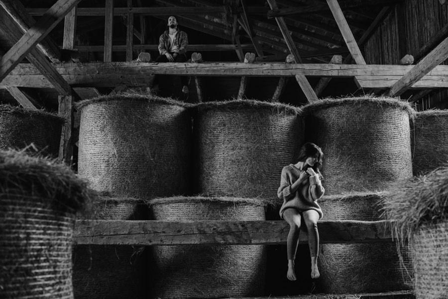 sesja narzeczenska w stodole, sesja w stodole, stodola w gorach, sesja narzeczenska, ukulele, ukulele w stodole